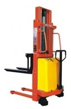DOSTAWA GRATIS! 00568965 Wózek podnośnikowy półelektryczny z ładowarką (udźwig: 2000 kg, min./max. wysokość wideł: 85/2000 mm)